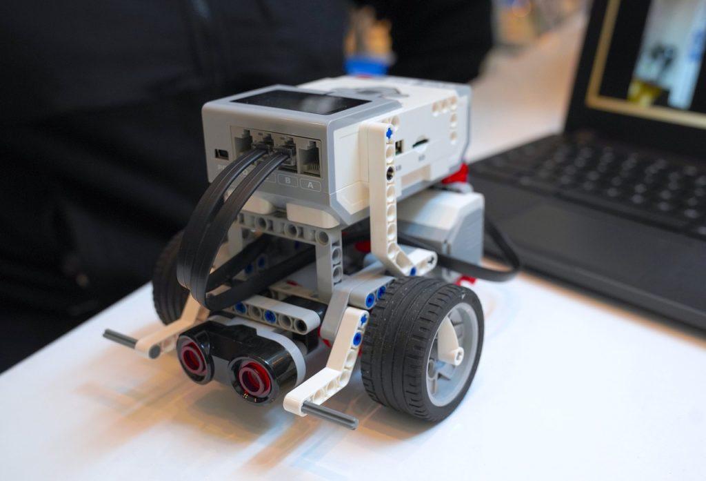 プログラミングで動くレゴのミニカー