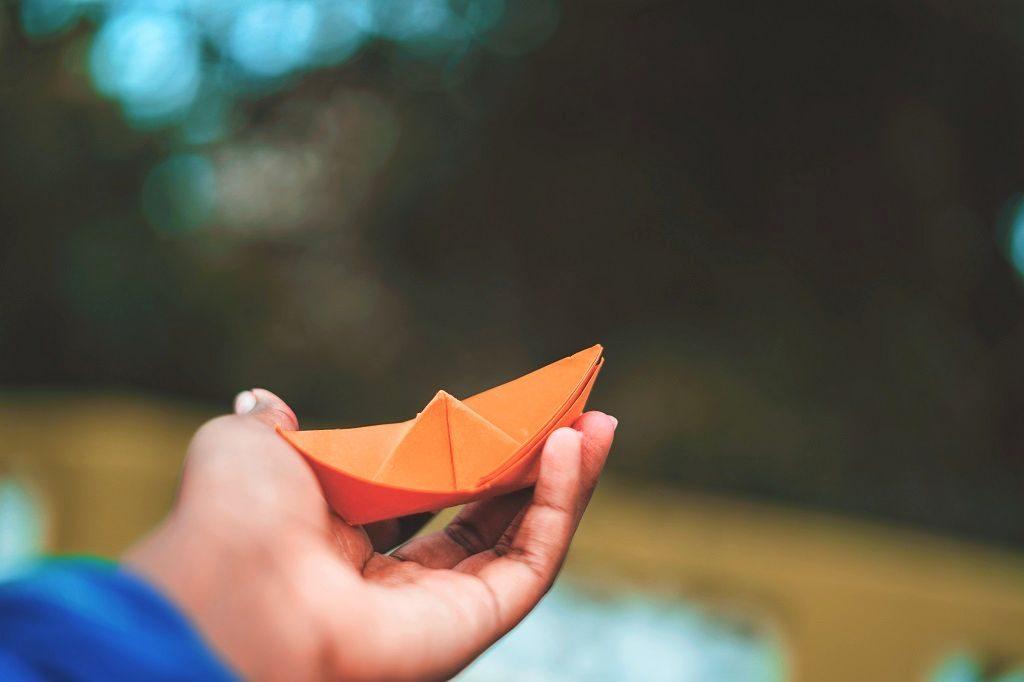 「折り紙」が完成して喜ぶ小学生のイメージ画像