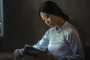 読解力をイメージした読書中の女性の画像