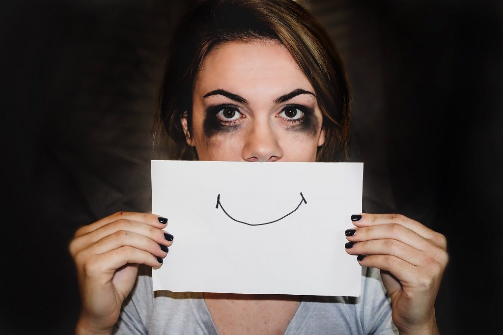 教員から体罰を受けているにも関わらず表向きは笑顔で過ごす子どもをイメージした画像