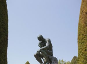 考える人の像で「自分で考える」をイメージ