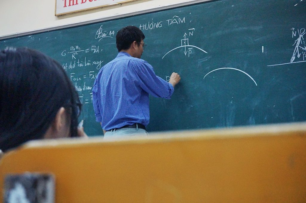 集団塾の授業をイメージした画像