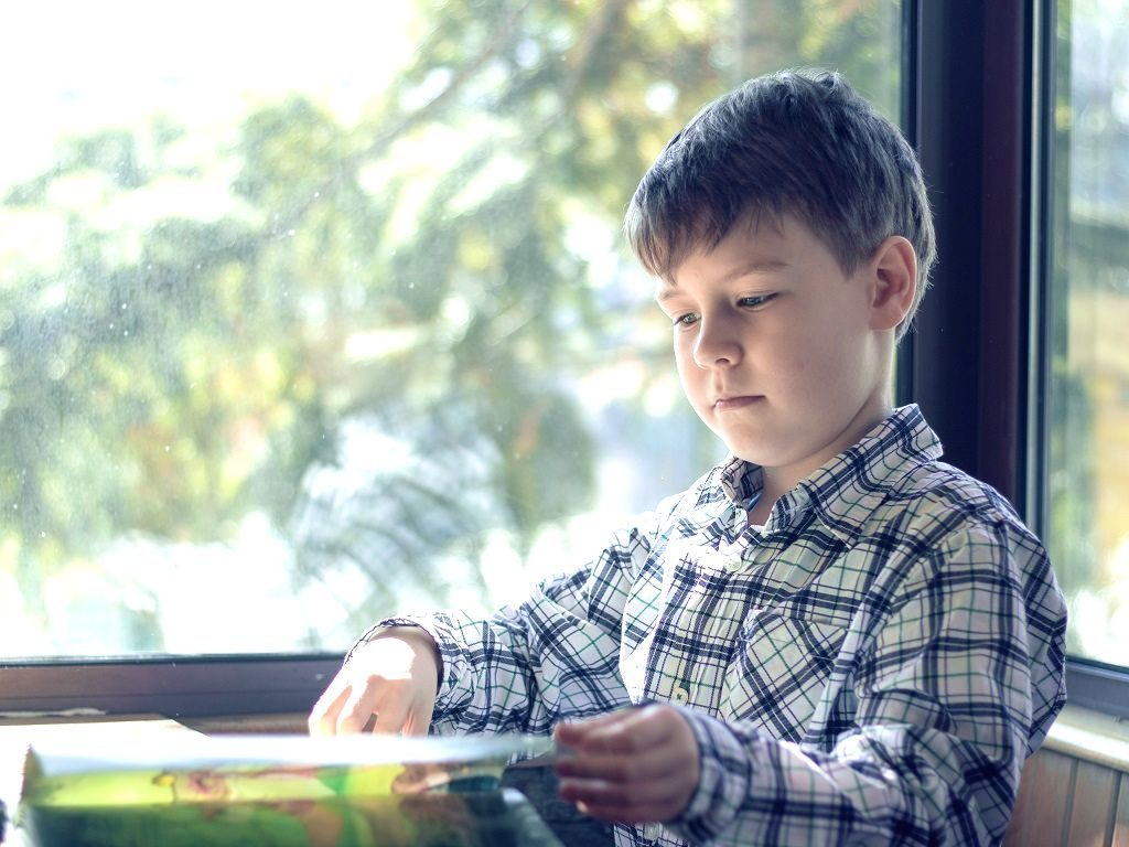 おすすめの絵本を集中して読む生徒さんのイメージ画像