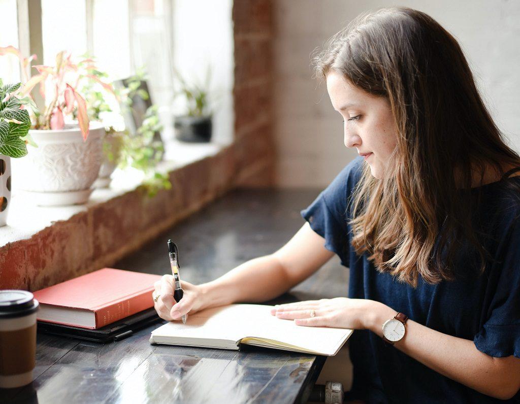 読書感想文を書く人をイメージした画像