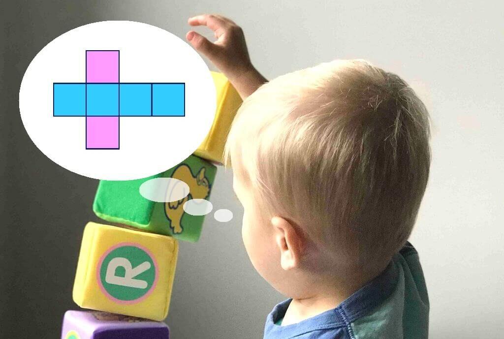 図形の立体を実物からイメージしようとする子どもの画像