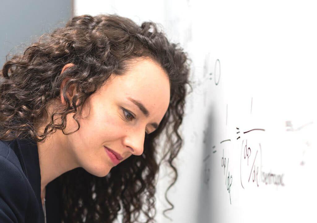 数学の問題の解説に取り組むスクールNOBINOBIの講師のイメージ画像