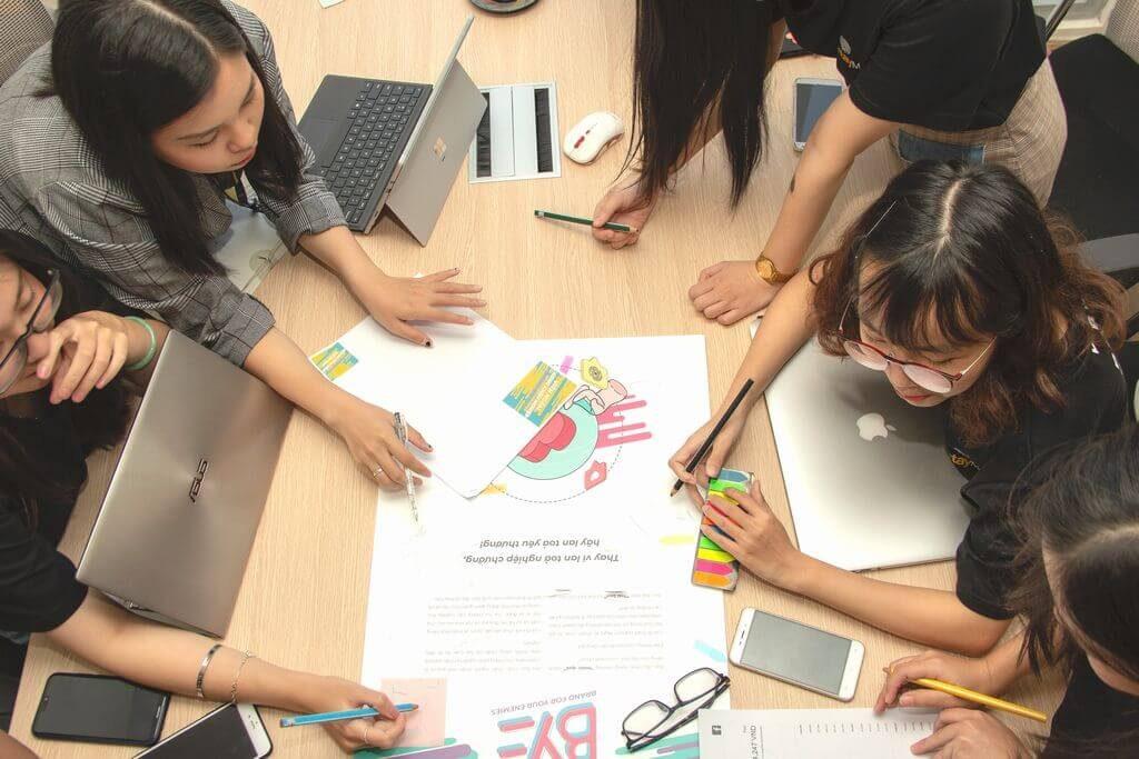 勉強に集中する方法を探す生徒さん達のイメージ画像